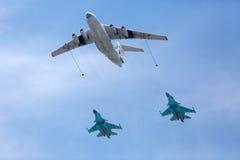 莫斯科- 5月7 :换装燃料航空器和战斗机 免版税库存照片