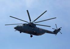 莫斯科- 5月09 :米-26在游行期间的直升机飞行 库存图片