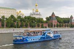 莫斯科- 6月02 :莫斯科河的克里姆林宫堤防  免版税库存照片