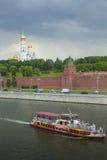 莫斯科- 6月02 :莫斯科河的克里姆林宫堤防  免版税图库摄影