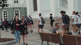 莫斯科6月21日,俄罗斯,去踩滑板的天,人群溜冰者,年轻专家,并且非职业运动员男孩继续下去驱动  股票录像