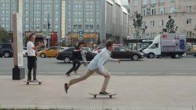莫斯科6月21日,俄罗斯,去踩滑板的天,人群溜冰者,年轻专家,并且非职业运动员男孩继续下去驱动  股票视频