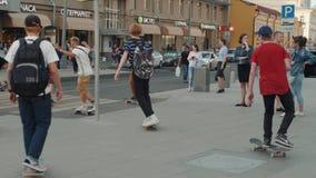 莫斯科6月21日,俄罗斯,去踩滑板的天,人群溜冰者,年轻专家,并且非职业运动员男孩继续下去驱动  影视素材