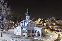 莫斯科 构想安娜, 16世纪的初期的教会 历史区Zaryadye在晚上 库存图片