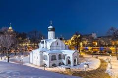 莫斯科 构想安娜, 16世纪的初期的教会 历史区Zaryadye晚上 图库摄影