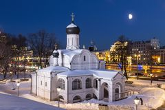 莫斯科 构想安娜, 16世纪的初期的教会 历史区Zaryadye晚上 库存照片