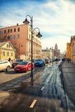莫斯科-行军18 :Pyatnitskaya街,历史的中心 Zamoskvorechie 沥青汽车阻塞无缝的业务量向量墙纸 俄罗斯,莫斯科,行军18日2015年 免版税库存图片
