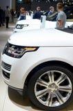 莫斯科- 29 08 2014 - 连续站立汽车陈列莫斯科国际汽车沙龙白色越野的车 免版税库存照片
