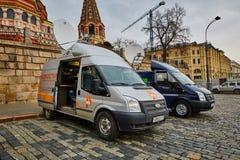 莫斯科- 10 04 2017年:在克里姆林宫附近的两广播车辆停放 免版税图库摄影