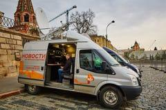 莫斯科- 10 04 2017年:在克里姆林宫附近的两广播车辆停放 图库摄影