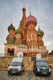 莫斯科- 10 04 2017年:在克里姆林宫附近的两广播车辆停放 库存照片