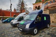 莫斯科- 10 04 2017年:在克里姆林宫附近的两广播车辆停放 免版税库存照片
