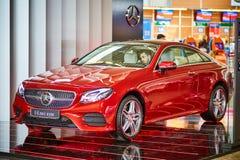 莫斯科- 10 04 2017年:在商店的新的默西迪丝汽车有司机的 图库摄影