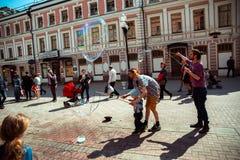 莫斯科 Arbat街道 儿童和泡影吹风机 免版税库存照片