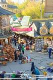 莫斯科Izmailovo Vernissage 绘画,玩偶,篮子,箱子,柔软的披肩,美丽的围巾 贸易 库存图片