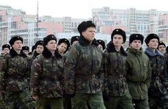 莫斯科Petrovsky军校学生军团的军校学生为11月7日的游行做准备在红场 免版税图库摄影
