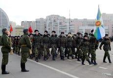 莫斯科Sheremetev军校学生军团的军校学生为11月7日的游行做准备在红场 免版税图库摄影