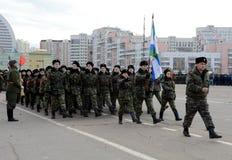 莫斯科Sheremetev军校学生军团的军校学生为11月7日的游行做准备在红场 库存照片