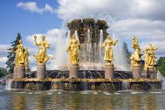 莫斯科VDNH人标志喷泉友谊  免版税库存图片