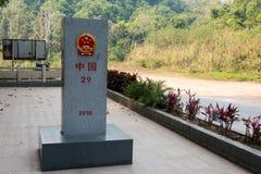 莫汗,中国- 2015年3月08日:在B之间的老挝中国边界标志 免版税库存图片
