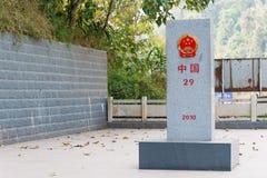 莫汗,中国- 2015年3月08日:在B之间的老挝中国边界标志 免版税库存照片