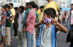 莫汗, 10,与数字照相机的海得拉巴姿势在raahgiri天 免版税库存照片