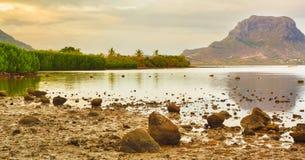 莫纳山惊人的看法日落的 毛里求斯 全景 免版税库存图片