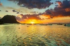莫纳山惊人的看法日落的 毛里求斯 库存图片