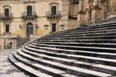 莫迪卡,西西里岛,意大利 被铺的正方形和巴洛克式的教会 免版税库存图片