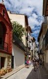 莫雷利亚,西班牙-走沿古老街道的游人 图库摄影
