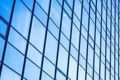 莫代尔与蓝色玻璃的办公室门面 免版税图库摄影
