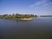 贝莱内海岛岸多瑙河的 免版税库存照片