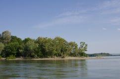 贝莱内海岛岸多瑙河的 库存图片