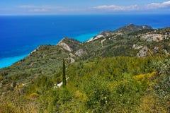 莱夫卡斯州与森林和爱奥尼亚海的海岛风景 免版税库存图片