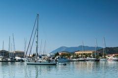莱夫卡斯州镇,希腊2014年7月17日:在莱夫卡斯州镇乘快艇港口,希腊 免版税库存照片