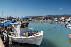 莱夫卡斯州镇,希腊2014年7月17日:莱夫卡斯州镇的,希腊游艇港口 图库摄影