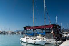 莱夫卡斯州镇,希腊2014年7月17日:莱夫卡斯州镇的,希腊游艇港口 库存图片