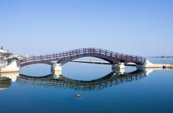 莱夫卡斯州镇,桥梁反射在海 免版税库存图片