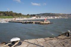 从莱姆里杰斯港口墙壁多西特英国英国的看法在一美好的仍然安静天在夏天 免版税图库摄影
