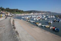 莱姆里杰斯港口多西特有小船的英国英国在英国侏罗纪海岸的一美好的仍然安静天 免版税库存照片