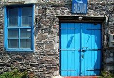 莱斯博斯岛、希腊、一个老蓝色门和蓝色窗口 库存图片
