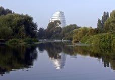 莱斯特在河反映的航天中心腾飞 免版税库存图片