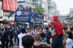 莱斯特市支持者和redshirt男孩巨大的人群庆祝与莱斯特市队游行 免版税库存图片