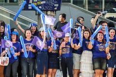 莱斯特等待莱斯特市队游行的市支持者庆祝英国首放同盟第一个冠军2015-16 免版税图库摄影