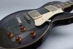 莱斯・保罗样式黑色吉他 免版税库存照片