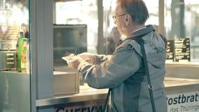 莱比锡,德国- 2018年5月1日 传统currywurst或猪肉香肠快餐立场 免版税图库摄影