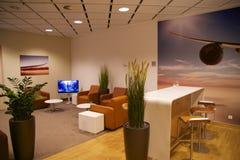 莱比锡,德国- 2016年10月14日:机场内部,有皮革沙发的参议员休息室 免版税库存图片