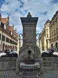 莱比锡/德国- 2018年3月30日:Loewenbrunnen喷泉在Naschmarkt正门的广场对面的莱比锡  免版税图库摄影
