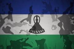 莱索托的旗子卡其色的纹理的 装甲攻击机体关闭概念标志绿色m4a1军用步枪s射击了数据条工作室作战u 免版税库存图片