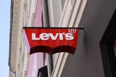 莱维斯莱维牛仔裤商店的商标 莱维史特劳斯在1853年建立的,是为它的莱维str已知的全世界美国衣物公司 库存图片